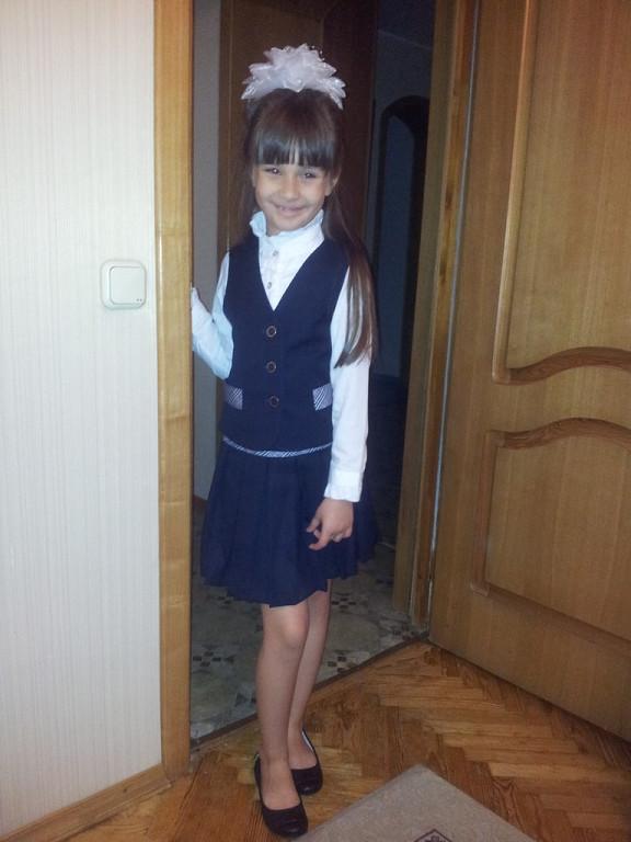 Задралась юбка у школьницы