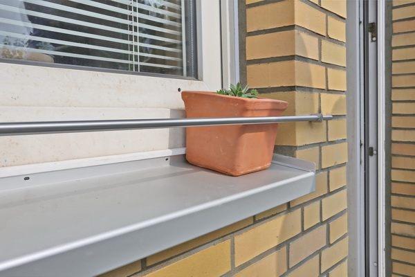 Крепление для цветов за окном.