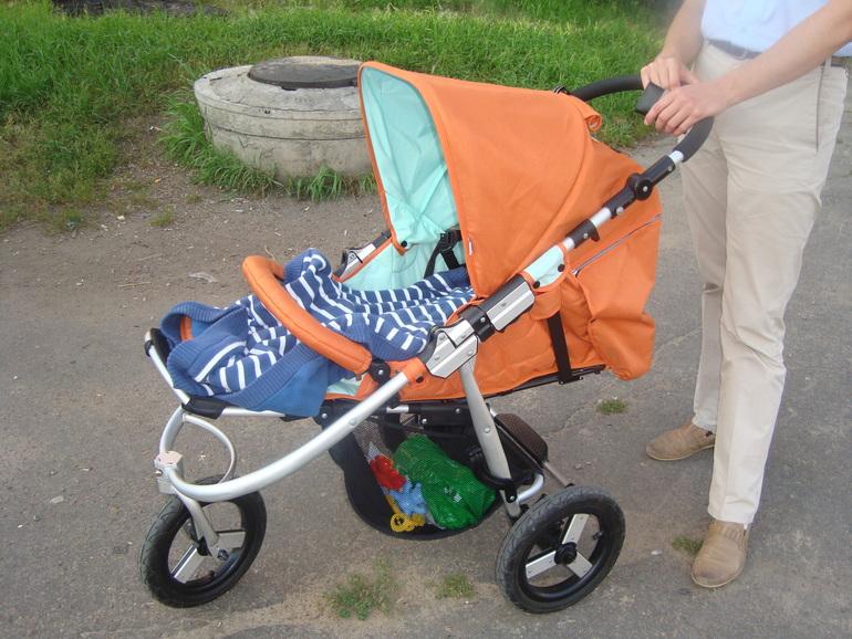 Когда ребенка сажают в прогулочную коляску 4