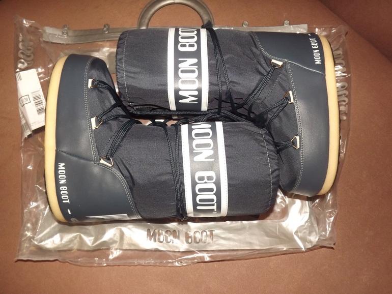 Продам новые Moon Boot, р-р 31-34. Цена 3700. Почта
