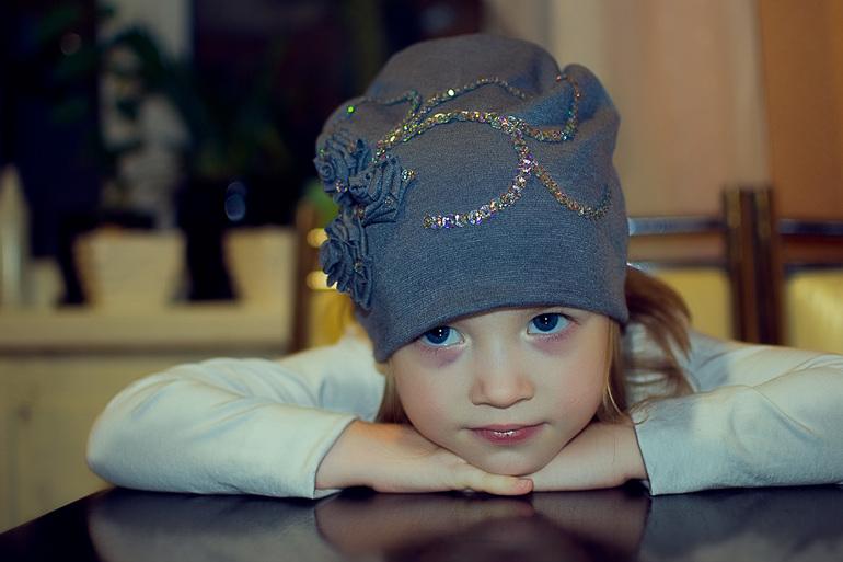 Украшаем шапку для девочки своими руками