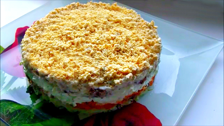 Рецепты слоеных салатов с из рыбных консервов