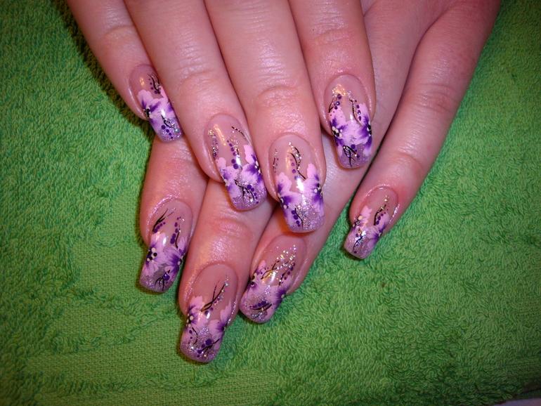 Мастер по дизайну и наращиванию ногтей.