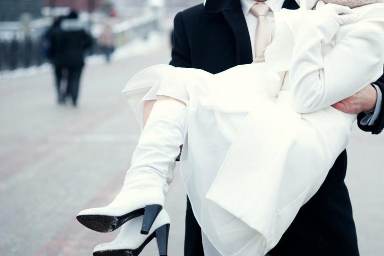 Продам свадебные аксессуары: сапожки белые 37 р - 2000р., перчатки 6,5 р. - 750р., палантин