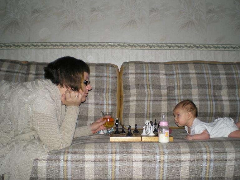 Марье 2 месяца. Учимся играть в шахматы :)