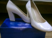 Лаковые белые туфли из натуральной кожи