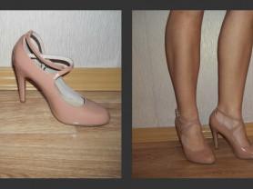 Новые туфли лакированные с ремешками.