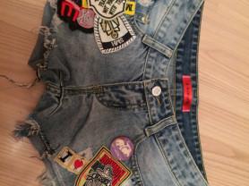 джинсовые шорты с нашивками