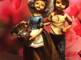 Очаровательная пластмассовая испанская статуэтка «Девочка и мальчик»