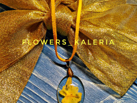 Кулон с настоящим цветком примулы
