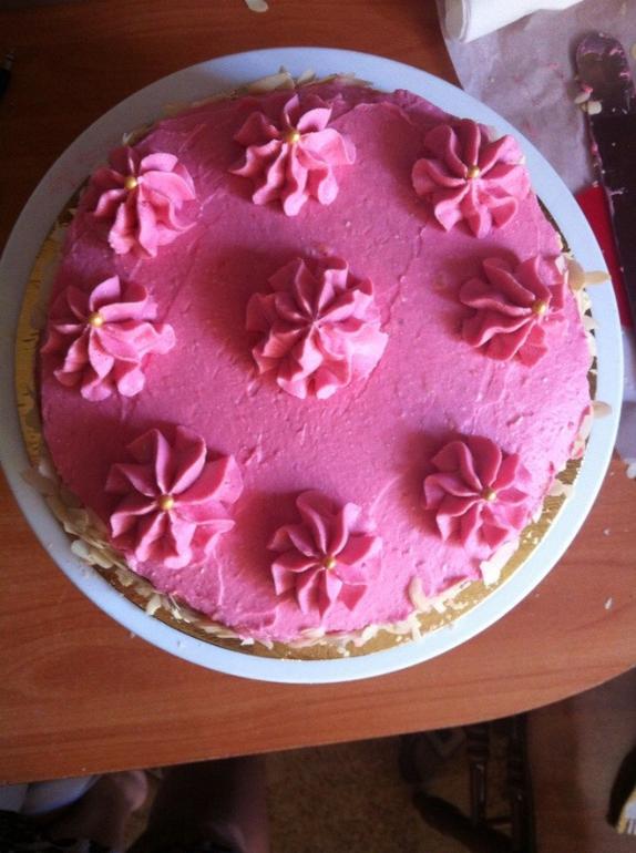 Кремовый торт с малиновым курдом.