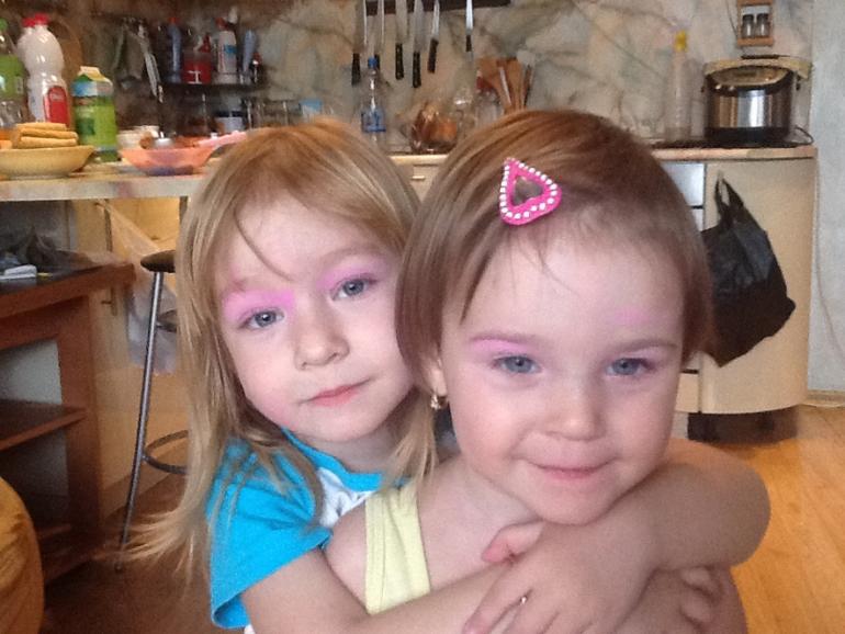 Девочкам купили косметику. Розовые тени за минутку.