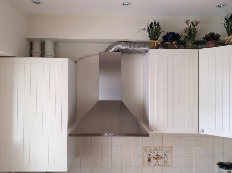 как спрятать гофру от вытяжки на кухне фото