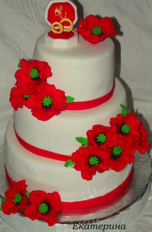 Свадебный торт с красными маками.