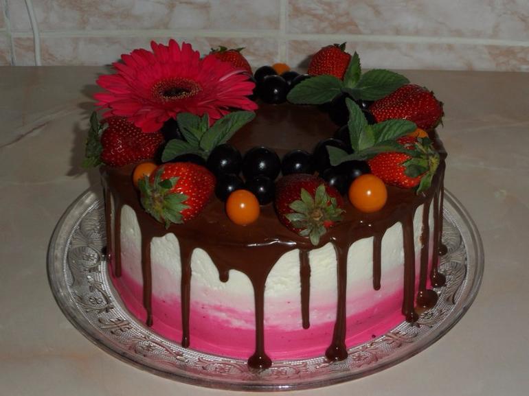Торт с цветами из крема и фруктами