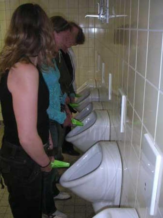 smotret-za-devushkami-v-tualetah
