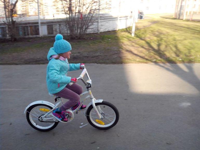 Алиса гоняет на 2-колесном велике, 5 л. 2 м.