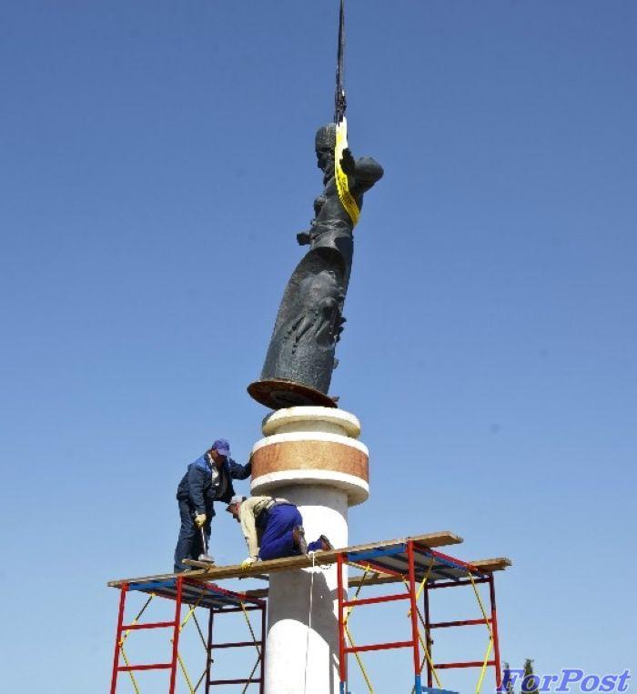 А в это время в КрымуПо решению губернатора Севастополя демонтирован памятник гетману Сагайдачному