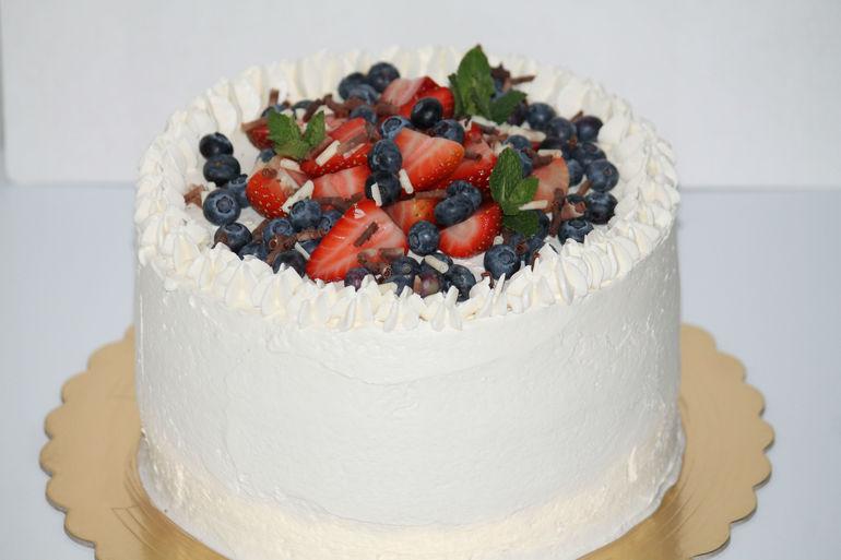 Торт со сливочным кремом и фруктами
