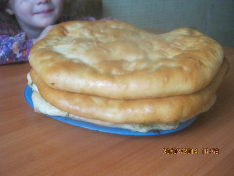 Закрытые пироги с луком пореем и сыром