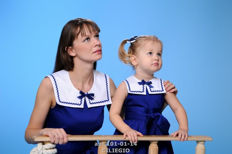 Мама с дочкой дали