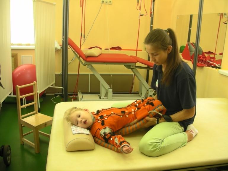 После курса в нашем центре тренер-реабилитолог обучит родителей заниматься с ребенком дома.