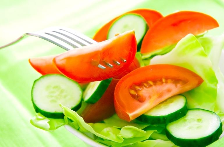 Салат из огурцов с помидорами.