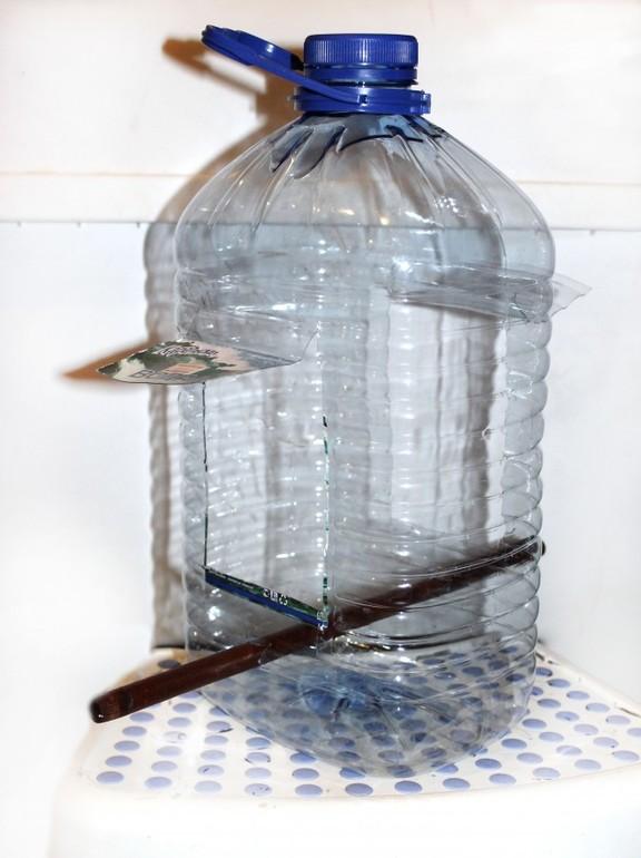 Как из 5 литровой канистры сделать кормушку