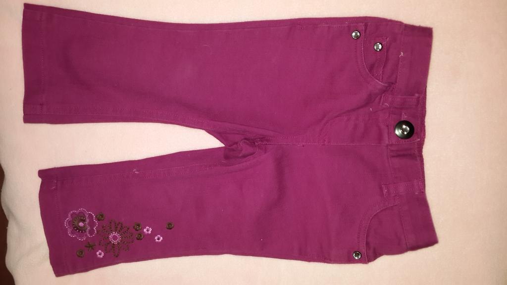 Новые джинсы с вышивкой и стразами.