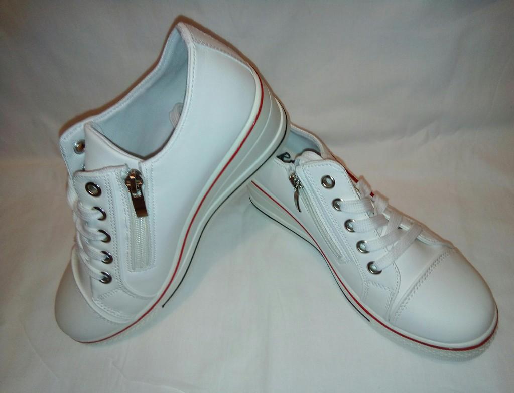 Новые белые кроссовки с эмблемой Найк есть шнурки
