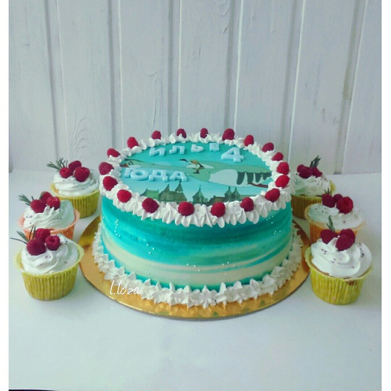 Торт с сахарной картинкой и кремом