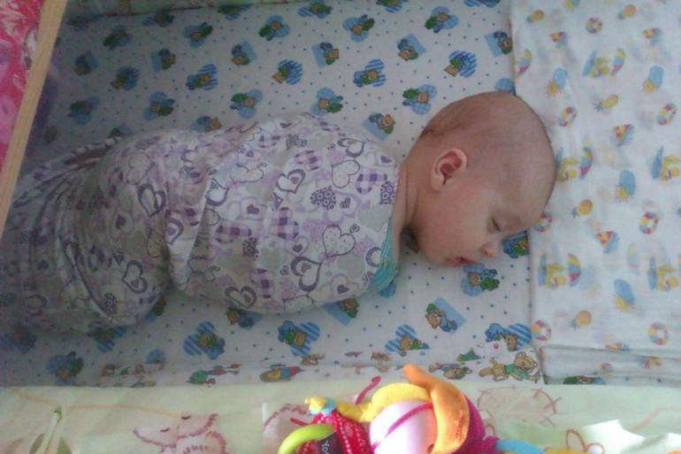 Говоря, что новорожденный именно в такой позе и должен спать.