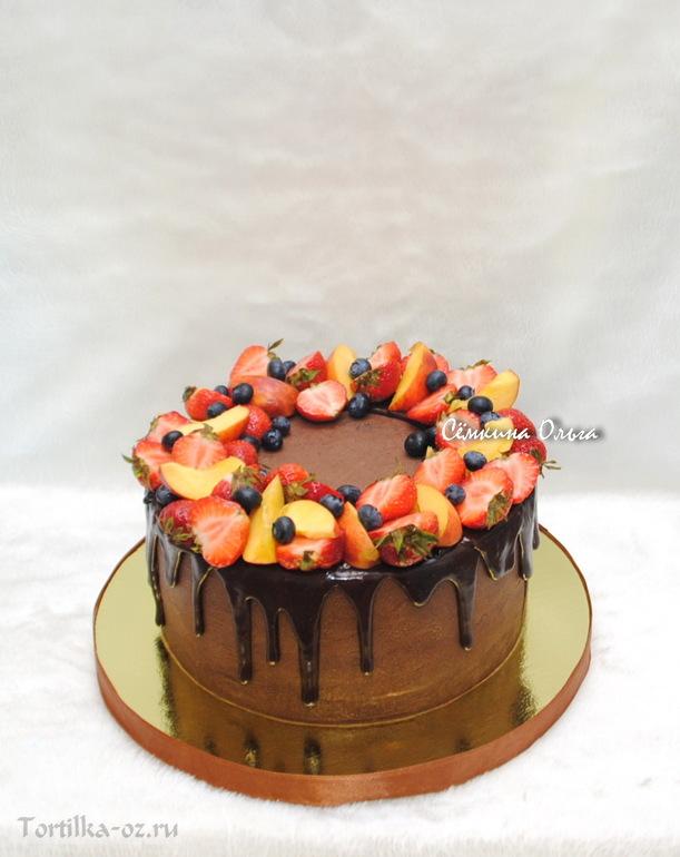 Украшение торта сладостями и фруктами