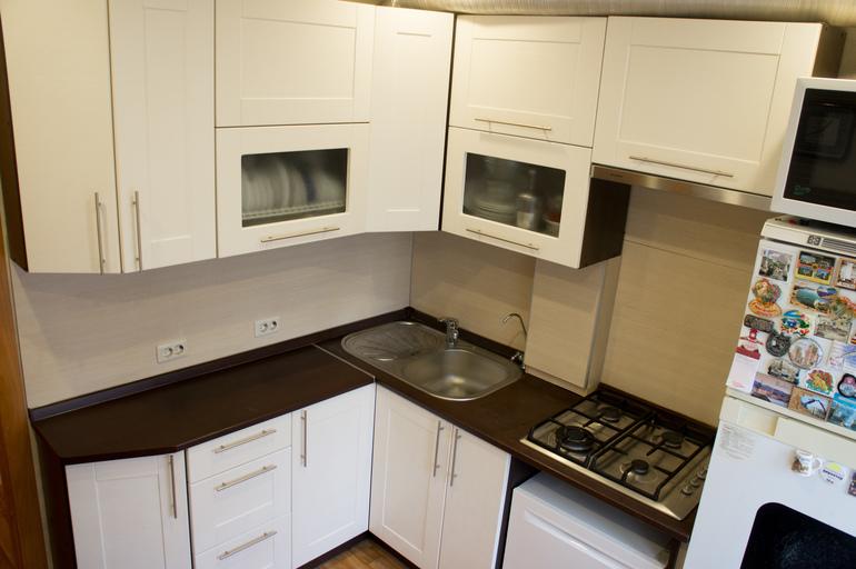 В углу кухни приподнятая столешница столешница 80 см цена