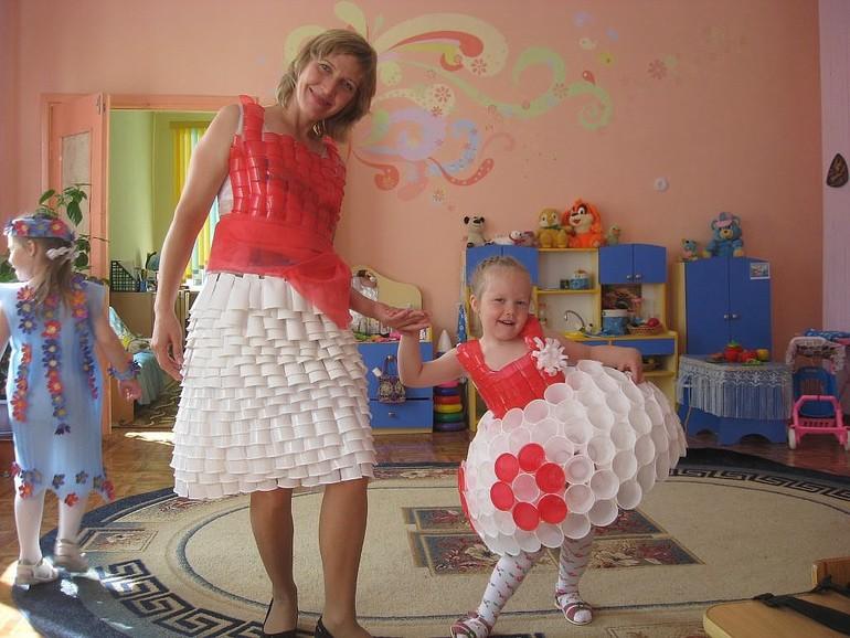 Платье из пластмассовых стаканчиков своими руками