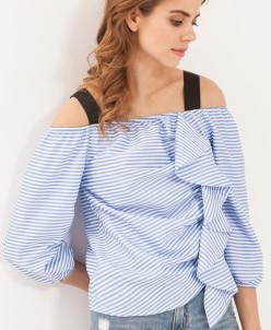 Блузка с открытыми плечами и воланом