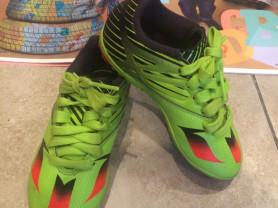 Яркие детские бутсы Adidas (размер 28)