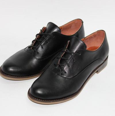 Кожаные туфли на шнуровке.