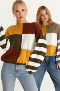 Свободный свитер в стиле color block