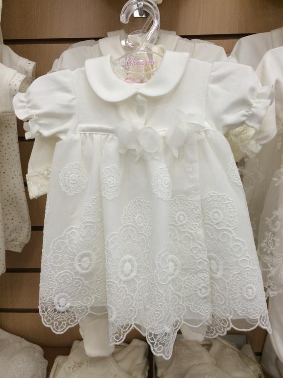 Ребенок на выписке в платье