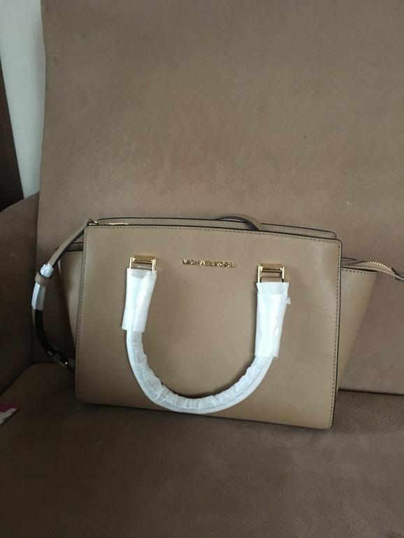 301920eafb69 Продаю новую оригинальную сумку Michael Kors, натуральная кожа. Не подошла  по размеру (21*28). Отдаю по номинальной цене. Цвет: светло-коричневый